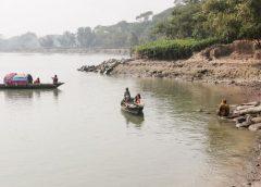 কীর্তনখোলার ভাঙনকবলিত এলাকার মানুষ নদীতে মাছ ধরে জীবন যাপন করছে